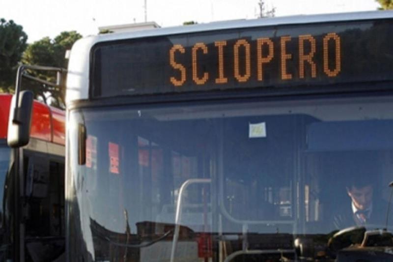 """Un autubus che mostra la scritta """"Sciopero"""" sul display informativo frontale"""