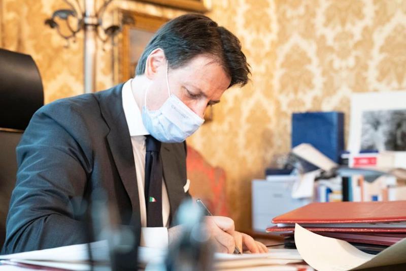 Il Presidente del Consiglio di Ministri Giuseppe Conte firma il decreto