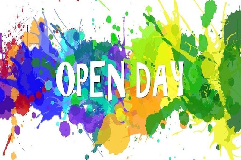 """La scritta """"Open day"""" tra macchie di colore"""