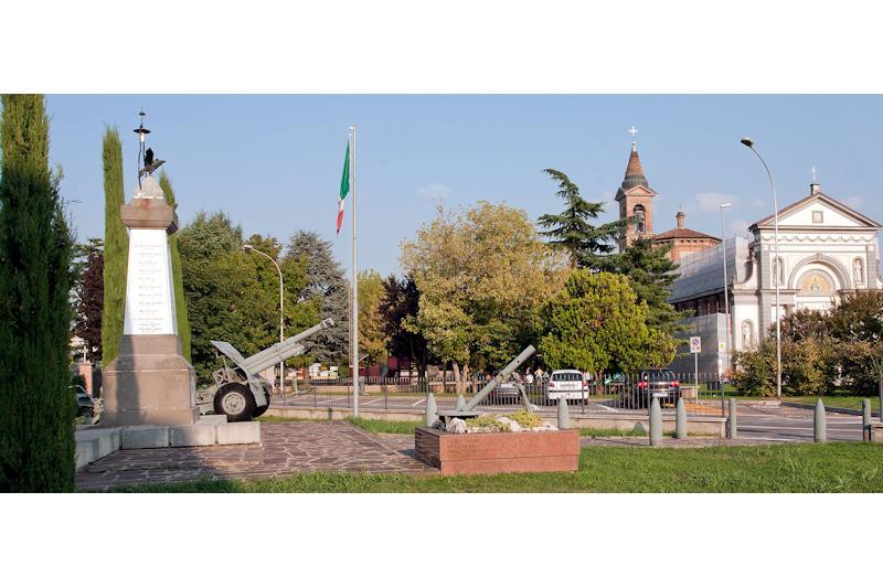Scorcio di Pianengo con il Monumento ai Caduti e la chiesa parrocchiale