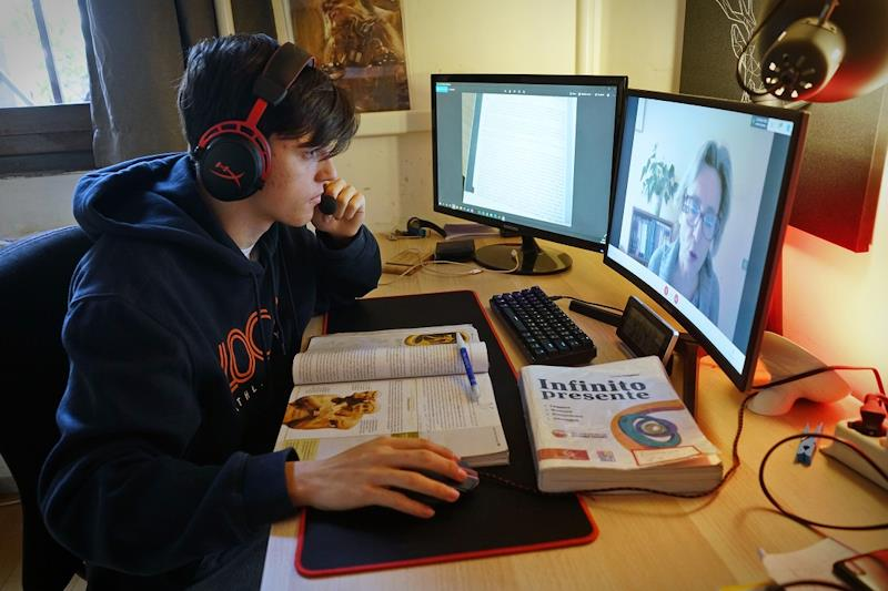 Un giovane davanti ad uno schermo effettua didattica a distanza