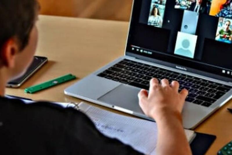 Alunno segue una lezione al computer