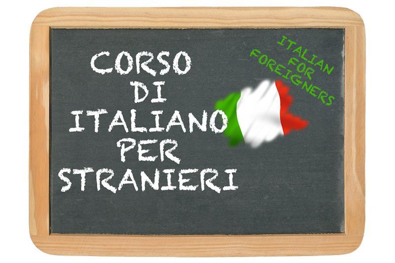 """Una lavagna sulla quale con il gesso è stato scritto """"Corso di italiano per stranieri"""""""