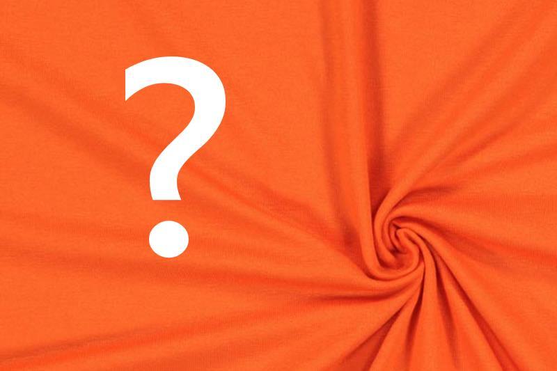 Punto di domanda su un telo di colore arancione