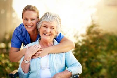 Infermiera con persona anziana