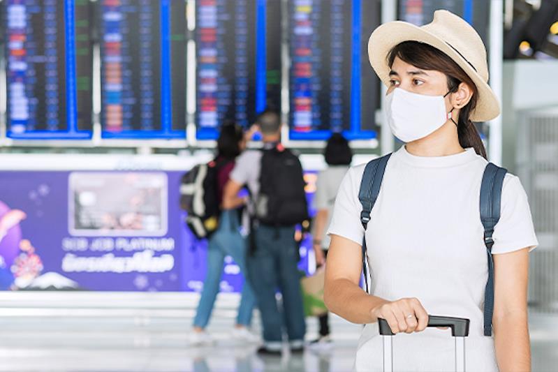 Giovane donna in aeroporto
