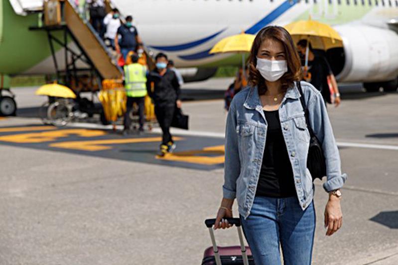 Giovane donna sbarcata da un aereo
