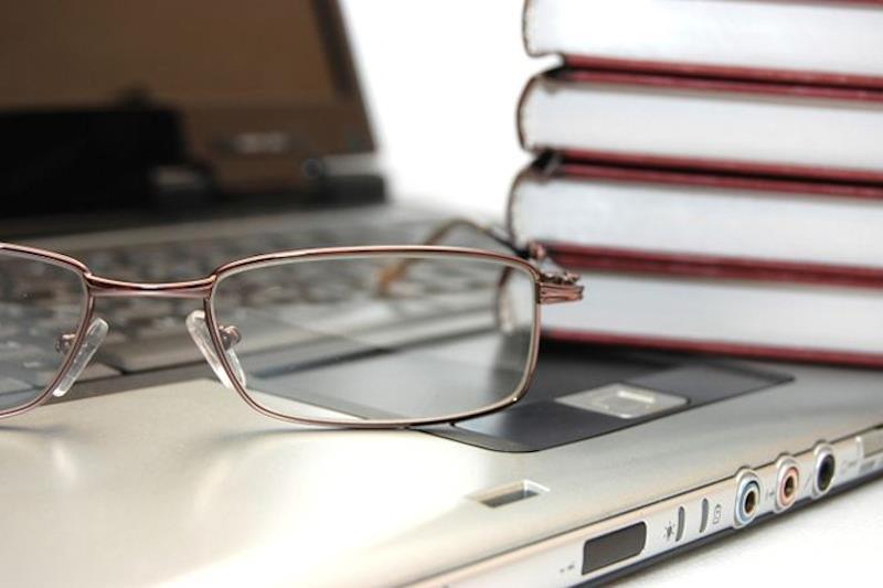 Occhiali, computer, agende