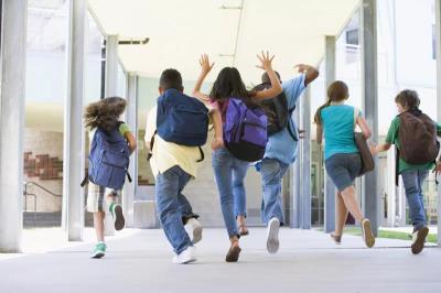 Studenti che corrono a scuola