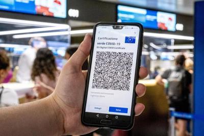 Certificazione esibita su uno smartphone